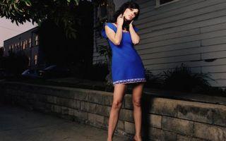 Бесплатные фото брюнетка, платье, короткое, ноги, глаза, губы, девушки