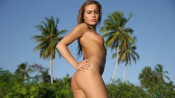 Обои девушка, блондинка, глаза, губы, грудь, сосок, ноги, пальмы, эротика