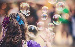 Обои мыльный пузырь, свет, блик, отражение, прическа, цветок, бабочка, рука, хвост, ленточки, девушки, настроения
