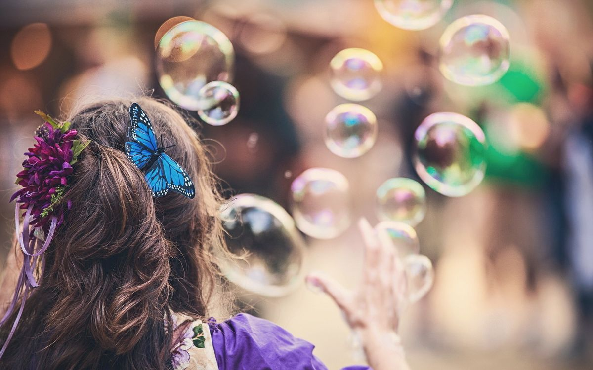 Обои мыльный пузырь, свет, блик, отражение, прическа, цветок, бабочка, рука, хвост, ленточки, девушки, настроения, разное на телефон | картинки разное