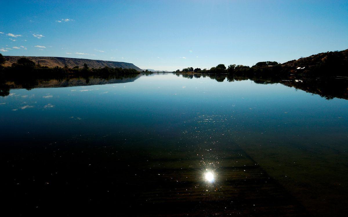 Фото бесплатно озеро, река, вода, солнце, деревья, холм, трава, природа, пейзажи, пейзажи