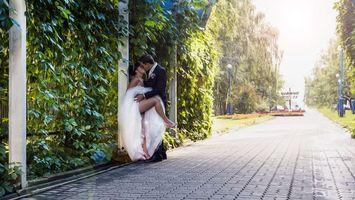 Бесплатные фото парень,девушка,свадьба,поцелуй,страстный,нога,оголила