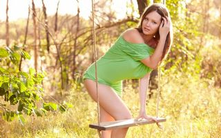 Заставки swing,nature,sexy,babe,model,beautiful,green