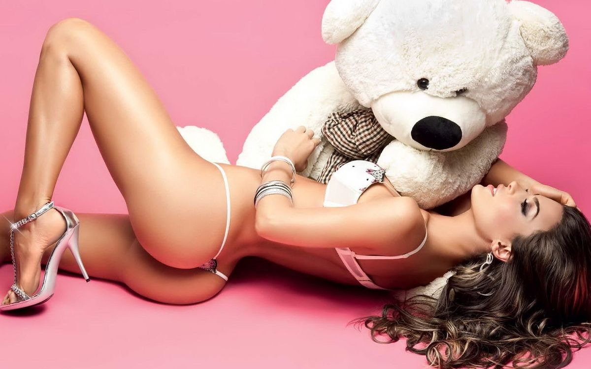 Фото бесплатно бринетка, сексуальная, девушка, lingerie, bear, beautiful female legs, попка, buttocks, string, long hair, natalia velez, teddy bear, эротика, эротика