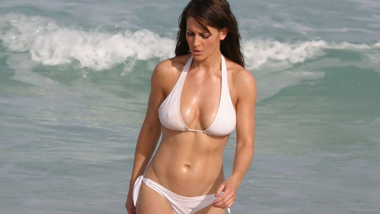 Фото бесплатно kirsty gallacher, брюнетка, купальник, белый, мокрый, море, волны, девушки, девушки