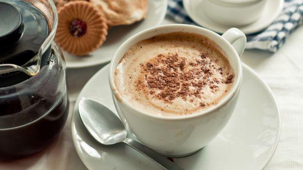 Бесплатные фото кофе,чашка,кружка,ложка,пить,пенка,корица,завтрак,стол,печенье,скатерть,напитки