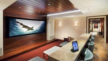 Бесплатные фото комната, зал, телевизор, стол, планшет, стулья, акула