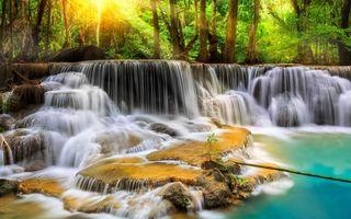 Заставки лес, деревья, река, камни, водопад, лучи, солнце, пейзажи