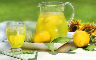 Бесплатные фото лимон,сок,дольки,бокал,стол,подсолнух,напитки