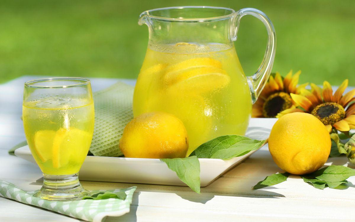 Фото бесплатно лимон, сок, дольки, бокал, стол, подсолнух, напитки, напитки