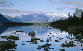 Бесплатные фото озеро,водя,горы,лес,деревья,камни,облака