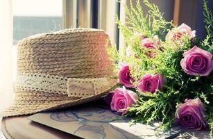 Обои розы, букет, шляпа, трава, лепестки, бутоны, стол, картинка, портрет, цветы