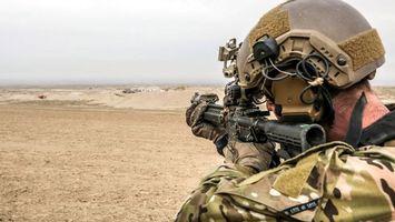 Бесплатные фото солдат,автомат,приклад,руки,песок,каска,небо