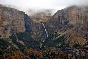 Бесплатные фото ущелье,река,горы,водопад,дереья,туман,природа