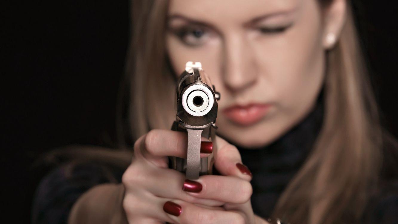 Фото бесплатно оружие, девушка, пистолет, разное