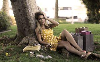 Бесплатные фото девушка,блондинка,устала,покупки,отдых,дерево,ситуации