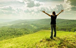 Бесплатные фото девушка,долина,горы,трава,деревья,небо,ситуации