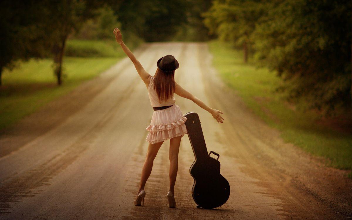 Фото бесплатно девушка, дорога, автостоп - на рабочий стол