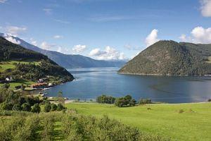 Бесплатные фото горы,холмы,поле,трава,деревья,дома,крыши