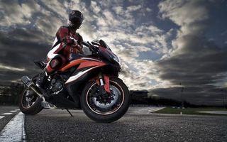 Заставки мотоцикл, мотоциклист, небо, облака, тучи, асфальт, дорога, фото, гонщик, спорт