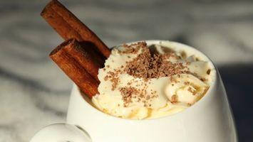 Фото бесплатно напиток, чашка, палочки, корицы, крем, тертый, шоколад, напитки