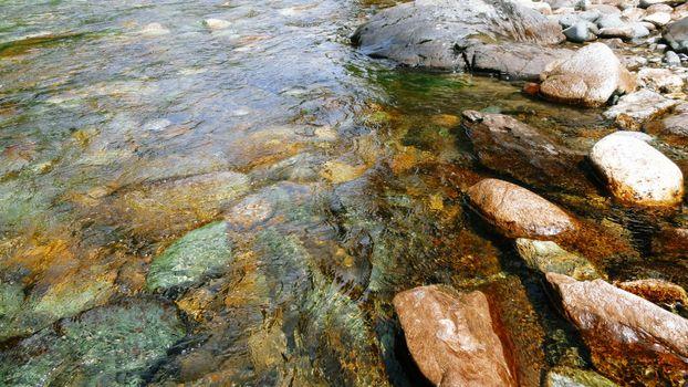 Фото бесплатно река, волны, вода, камни, ручей, лес, поток, галька, природа