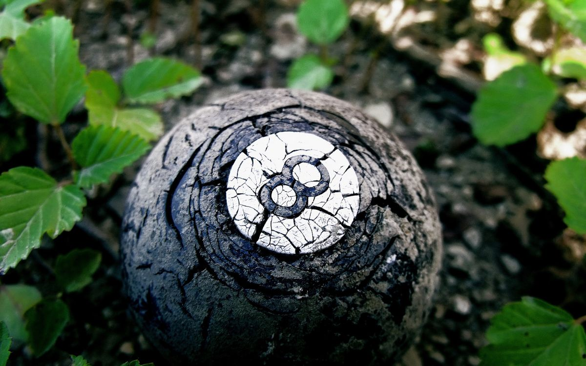 Фото бесплатно шар, бильярдный, восьмерка, старый, трещины, листья, разное, разное