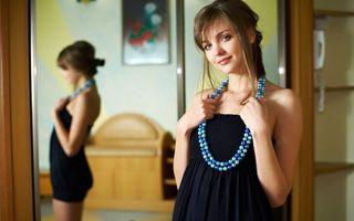 Бесплатные фото шатенка,улыбка,бусы,платье,черное,зеркало,отражение