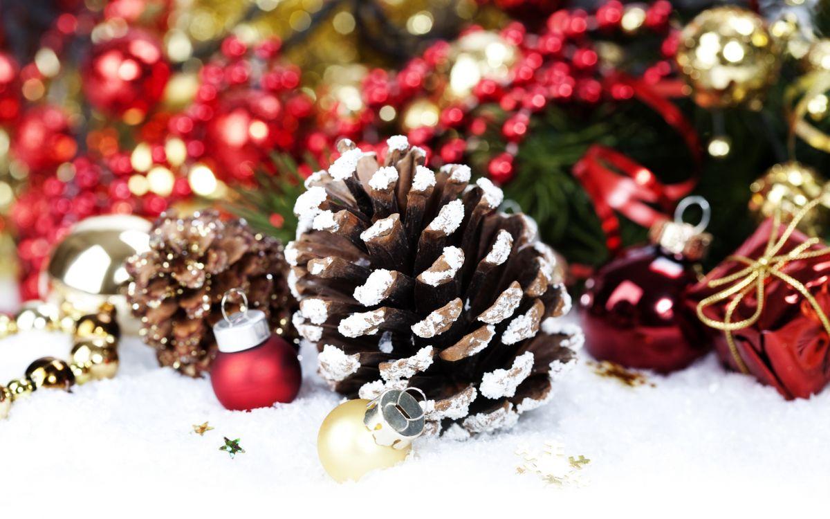 Фото бесплатно шишка, украшение, атрибут, шарик, игрушка, елка, стол, снег, подарок, новый год, настроения, праздники, праздники
