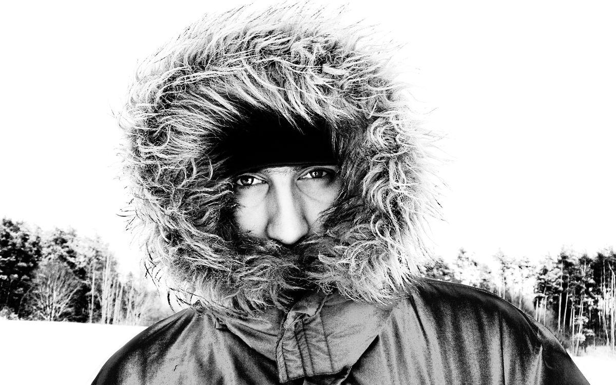 Фото бесплатно зима, холод, снег, черно-белый, капюшон, мех, эскимос, глаза, куртка, лес, шапка, нос, мороз, мужчины, мужчины