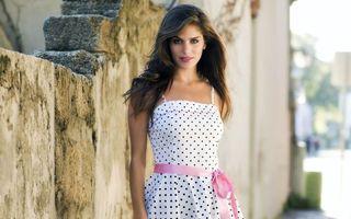 Бесплатные фото брюнетка,платье,белое,горошек,розовый,пояс,девушки