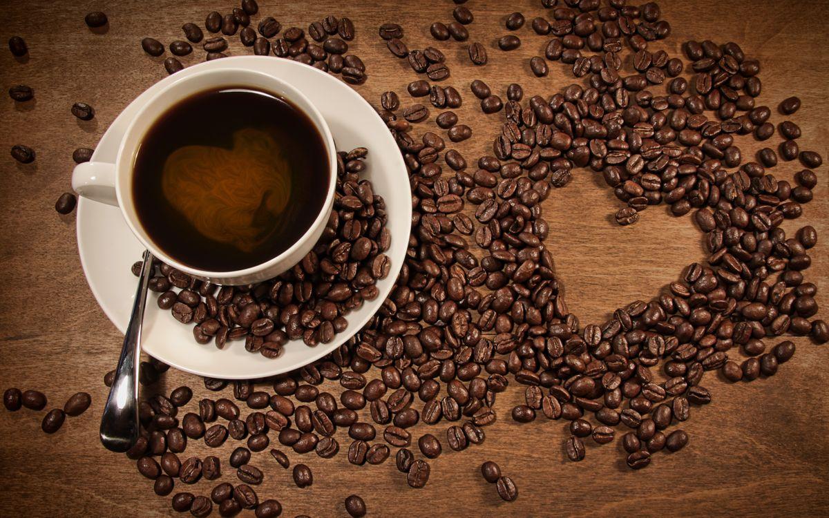 Фото бесплатно чашка, кофе, блюдце, ложка, зерна, сердечко, стол, напитки, напитки