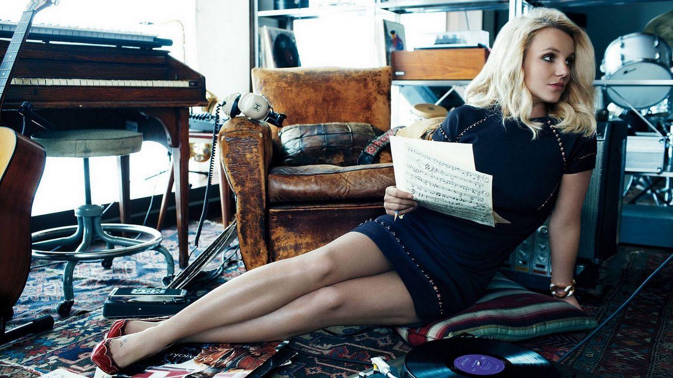 Фото бесплатно ноты, гитара, блондинка - на рабочий стол