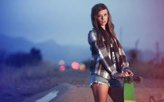 Обои девушка, скейт, прическа, волосы, шорты, рубашка, фото, позировать, даль, дорога, небо, колеса