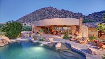 Заставки дом,бассейн,камни,вода,небо,зелень,пальмы