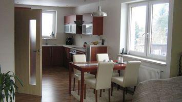 Бесплатные фото кухня,стол,стулья,окна,дверь,люстра,интерьер