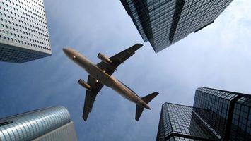 Фото бесплатно небоскребы, самолет, крылья, здания, небо, облака, ситуации
