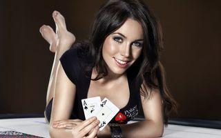 Бесплатные фото poker stars,брюнетка,покер,карты,тузы,улыбка,игры