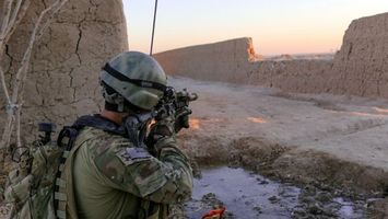 Photo free soldier, rifle, walkie-talkie