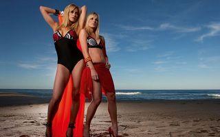 Заставки девушки, модели, фото, купальники, порео, туфли, пляж, песок, берег, море, океан, вода