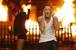 Бесплатные фото eminem,rihanna,снимок,клип,дом,огонь,пожар