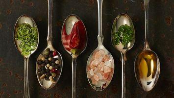 Бесплатные фото ложки,приправы,перец,красный,стол,зелень,еда