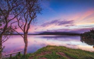 Фото бесплатно река, озеро, рассвет, небо, облака, деревья, скамейка, берег, трава, пейзажи