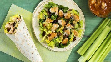 Бесплатные фото салат,зелень,тарелка,белая,салфетка,соус,еда
