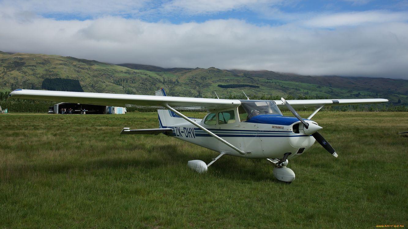 Фото бесплатно самолет, белый, крылья, винт, трава, зеленая, горы, авиация, авиация