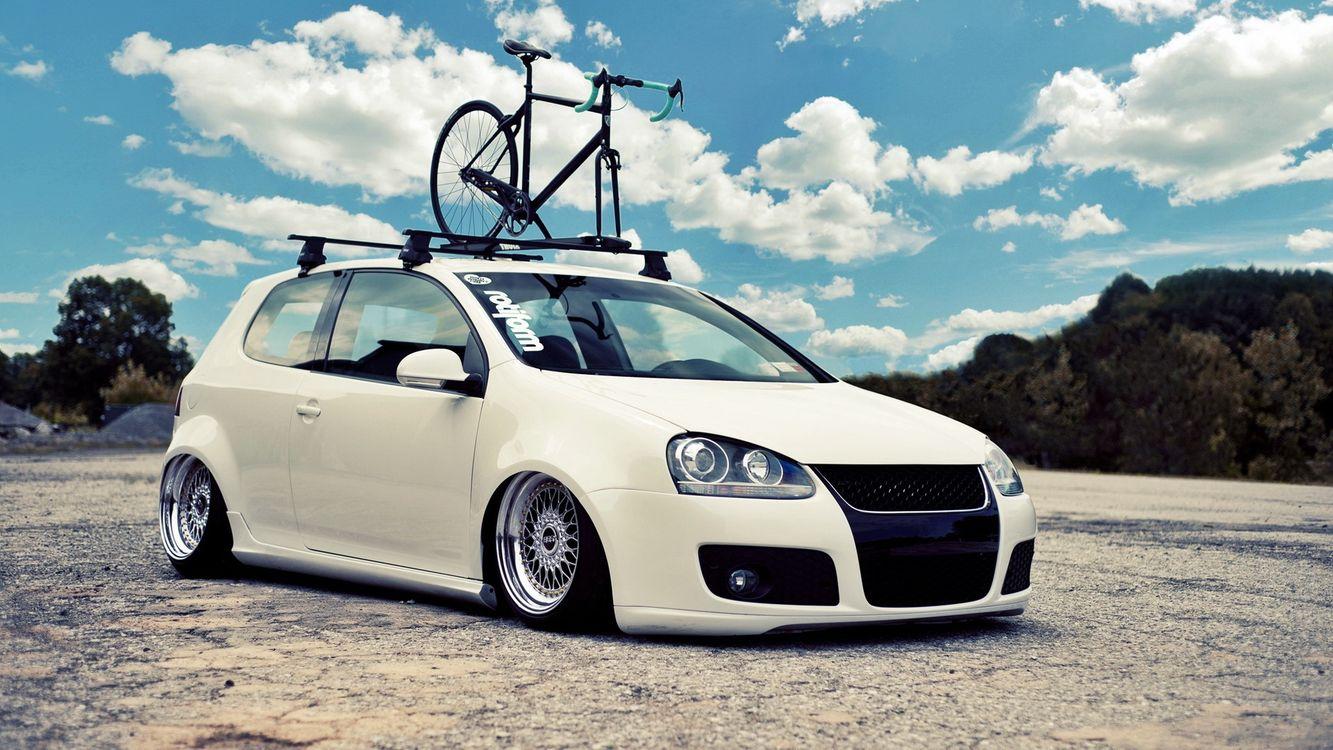 Фото бесплатно volkswagen, golf, белый, цвет, низкая, посадка, диски, хром, крыша, багажник, велосипед, машины, машины