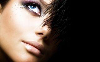 Обои девушка, макияж, черный фон, перья, стразы, глаз