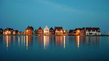 Заставки побережье,дома,коричневый,белый,вода,река,свет