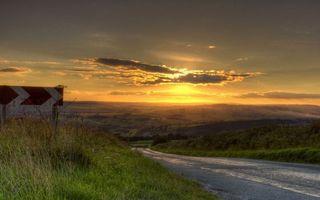 Бесплатные фото закат,дорога,поворот,знак,простор,поле,облака