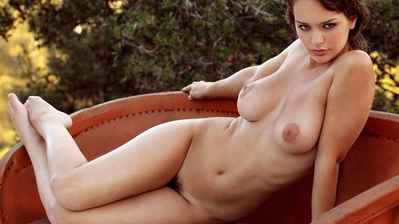 Фото бесплатно девушка, обнаженная, груди, соски, живот, ноги, диван, деревья, эротика, эротика